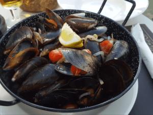 Bandeja de Mejillones. Comida en Formentera. Menú del Can Toni